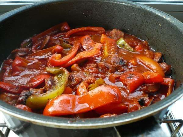 Μια νόστιμη και παραδοσιακή συνταγή από το πανέμορφο Πήλιο. Αν θέλουμε το φαγάκι πιο πικάντικο, μπορούμε να προσθέσουμε και 1-2 πιπερίτσες τσίλι ψιλοκομμένες, μαζί με τις πιπεριές. ιλό λουκάνικα χωριάτικα, κομμένα σε χοντρά κομμάτια 1 κιλό πράσινες και κόκκινες πιπεριές στρογγυλές, κομμένες σε φαρδιές λωρίδες 1 κονσέρβα ντοματάκι, ψιλοκομμένο ½ κουτ. γλυκού ζάχαρη 2 δαφνόφυλλαMore