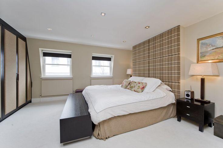 тканевая обивка до потолка в дизайне изголовья кровати