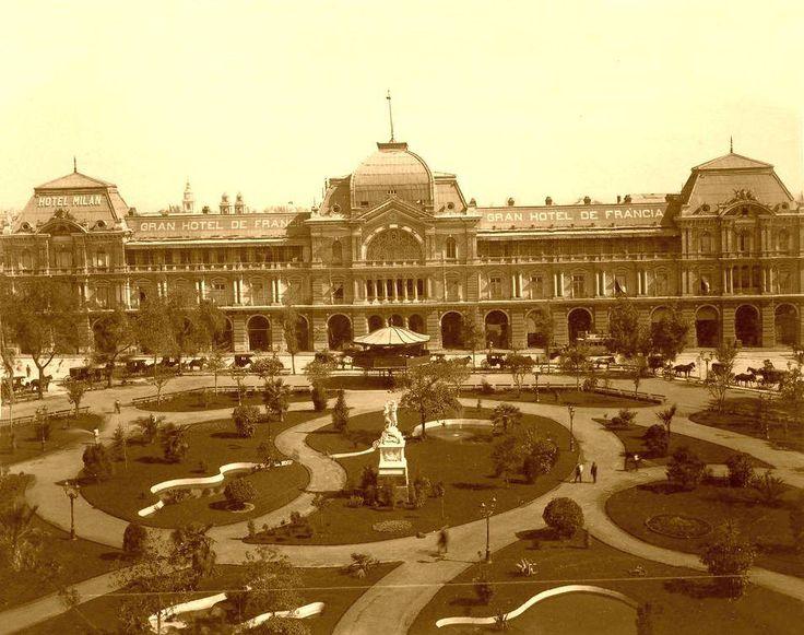 Panorámica de la Plaza de Armas de Santiago en 1894 con sus hermosos jardines y transportes a caballo. El Gran Hotel de Francia fue uno de los edificios más lujosos de la capital, fue uno de los primeros en tener electricidad en todas las habitaciones y sus muebles fueron importados de Europa.