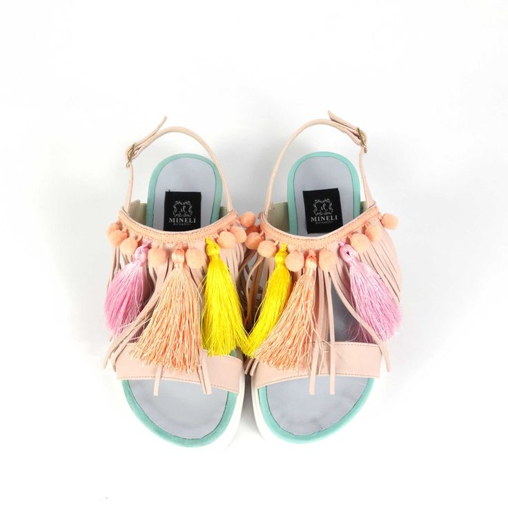 Sandale de damă Mineli Cotton Candydin piele naturală întoarsă in culori pastelate, ornamentate cu franjuri și ciucuri din mătase colarați. Colorate și jucăușe, vor da un aer vesel unei ținute relaxate de vară.