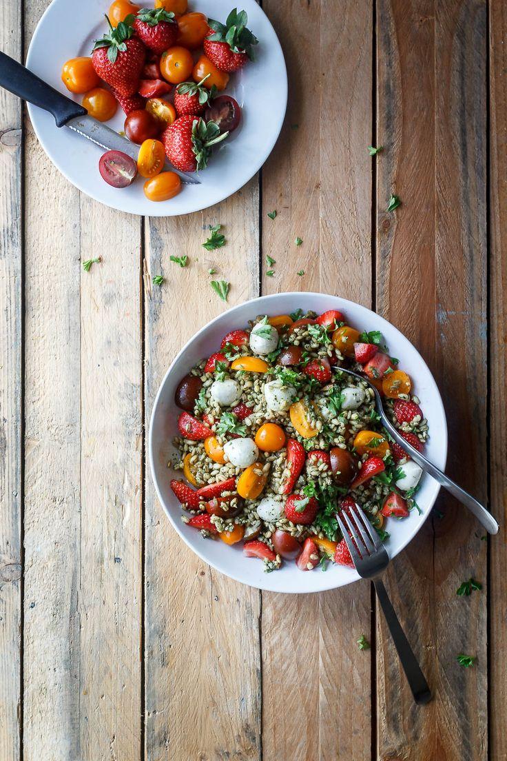 Nem og lækker salat med jordbær. Brug jordbærsalaten som lækkert tilbehør til grill eller mættende måltidssalat. Find opskrift på nem salat til sommer her