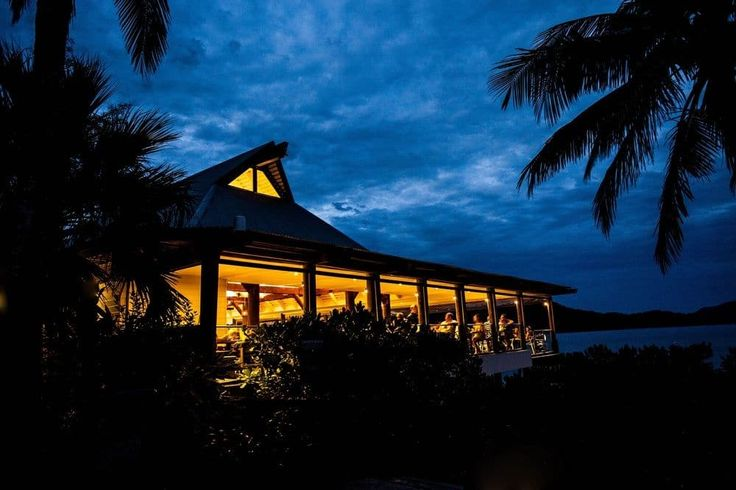 Hamilton Island Reef View Hotel - hotel by night