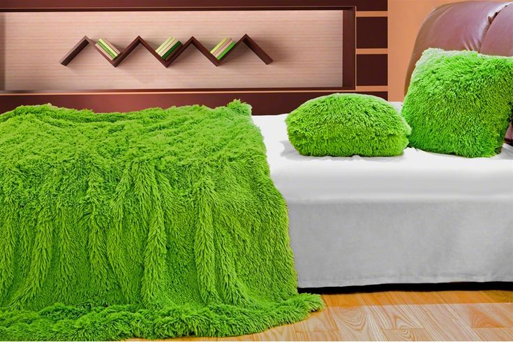 Sytě zelená chlupatá deka, přehoz na sedačky