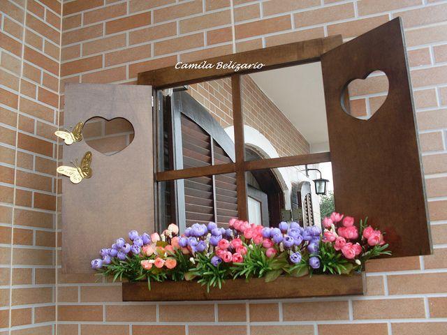 Janela com jardineira, espelho e folhas com corações. | por To Fazendo Art por Camila Belizario