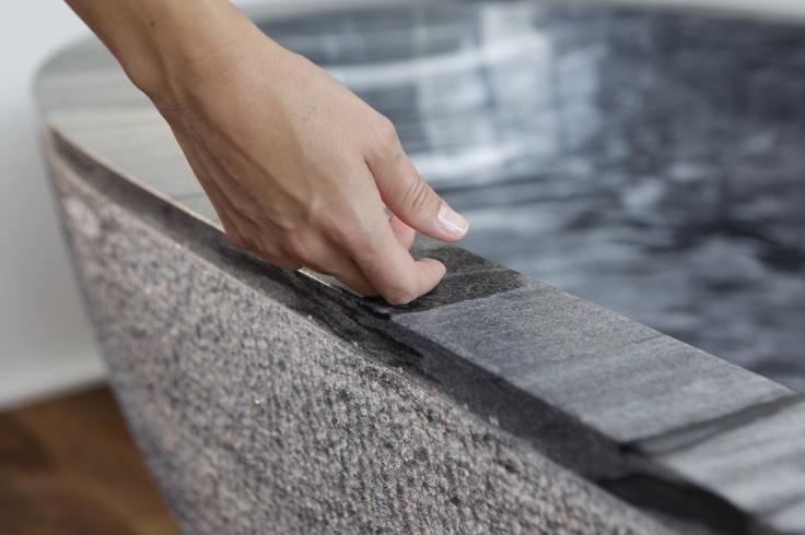 Jede, aus einem einzigen Steinblock maßgefertigte Naturstein-Badewanne, erhält durch die entsprechende fein säuberliche Nacharbeit eine individuelle und charakteristische, dem Gestein angepasste Bearbeitung, um die wahre Schönheit des Steins zum Ausdruck zu bringen.