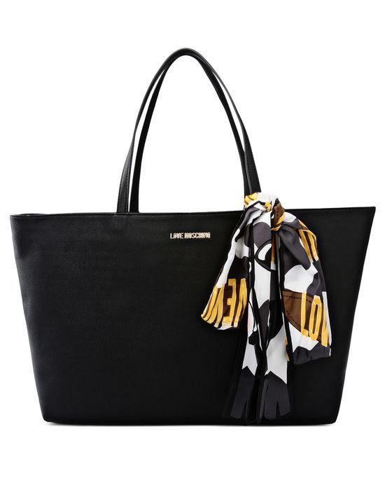 Borsa Shopper con Doppio Manico e logo Love Moschino, con foulard che si adorna alla borsa in modo fashion e leggero. Munito anche di tasche interne e tessuto in similpelle.