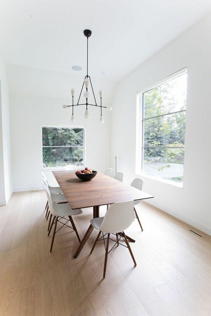 decoracion de salones, comedor con mesa de madera, sillas blancas de plástico, ventanales, lámpara de araña