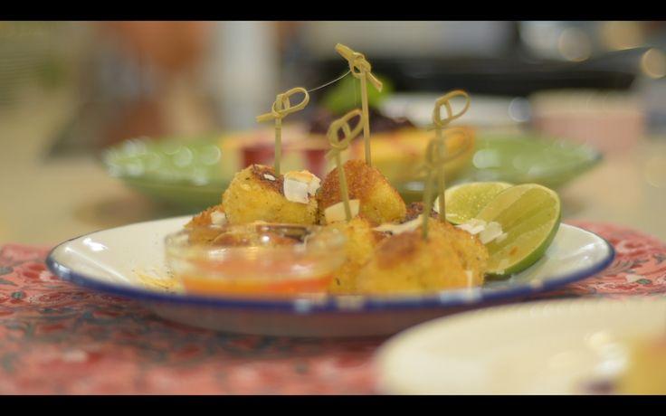 Una receta perfecta para servir de aperitivo o para cuando tenemos ganas de comer algo rico, sin salir de la casa: croquetas de camarón crujientes.