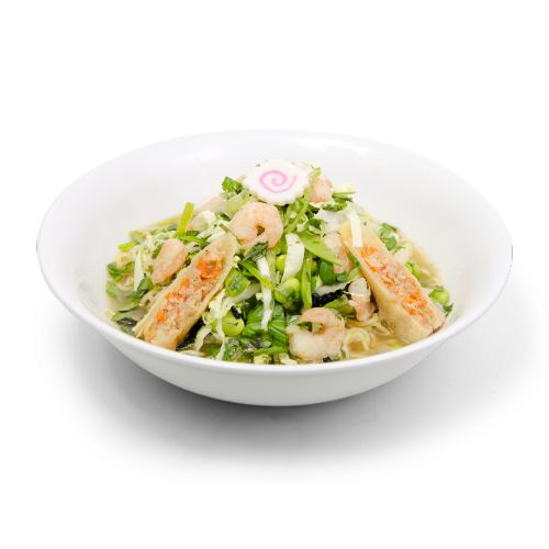 Soupe Ramen aux crevettes Sushi Taxi avec bouillon de Lait de Coco épicé, rouleaux végétariens frits, pois mange-tout émincés, fèves de soja (Edamame), chou Bok Choï émincé, oignons verts émincés, basilic, lanières de Nori, Panko...