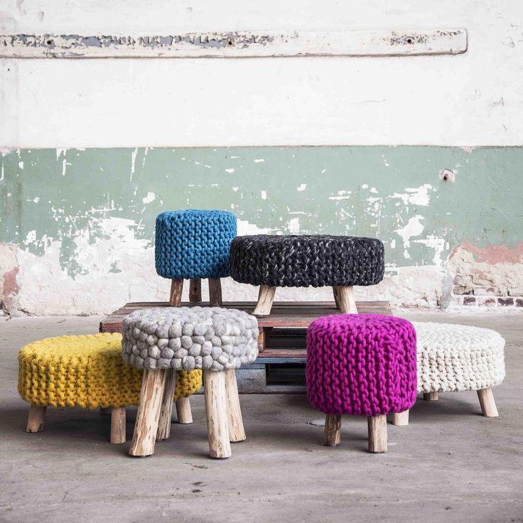 Stoere poof van wol met houten poten, verkrijgbaar in S/L en verschillende kleuren  #colijninterieur
