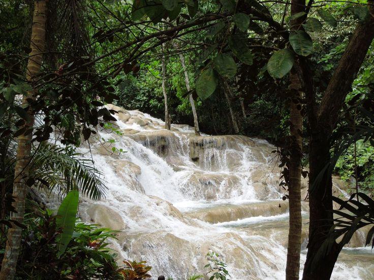 День 9. Очо Риос Посещение курортного городка Очо-Риос будет не полным без главной достопримечательности Ямайки - водопадов Данс-Ривер. Они низвергаются по многочисленным ступеням и впадают прямиком в Карибское море. Наиболее живописная панорама открывается с вершины самого высокого водопада высотой в 180 метров. Чтобы подняться наверх по крутым уступам, по тропинке длиною в 600 шагов, нам потребуется специальная закрытая резиновая обувь, которую возьмем здесь же напрокат.