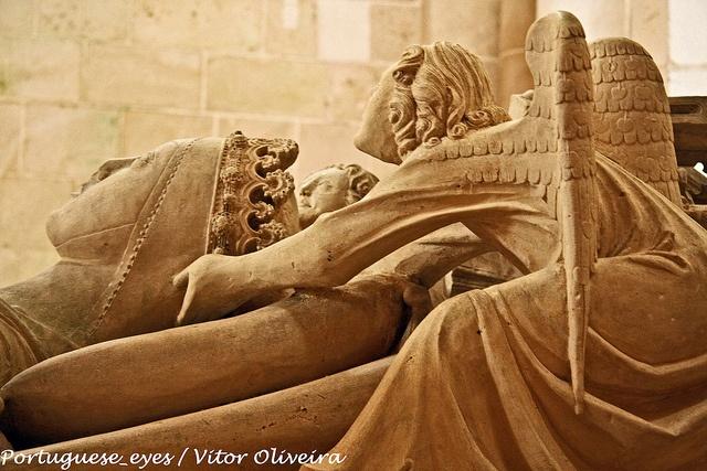 ♥ Alcàbaça ♥ Túmulo/tombeau de D. Inês de Catro - Mosteiro/monastère de Alcobaça. L'histoire d'amour d'Ines et Pedro est digne de Roméo et Juliette. Les magnifiques tombeaux contenant leurs reliques se trouvent dans le monastère d'Alcobaça, l'un face à l'autre afin qu'il puissent se regarder dans les yeux quand ils se réveilleront le jour du jugement dernier.