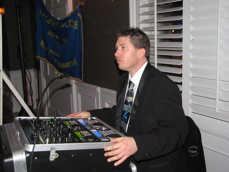 Pascal attentif au déroulement de la soirée, prêt à partir la musique au moment convenu