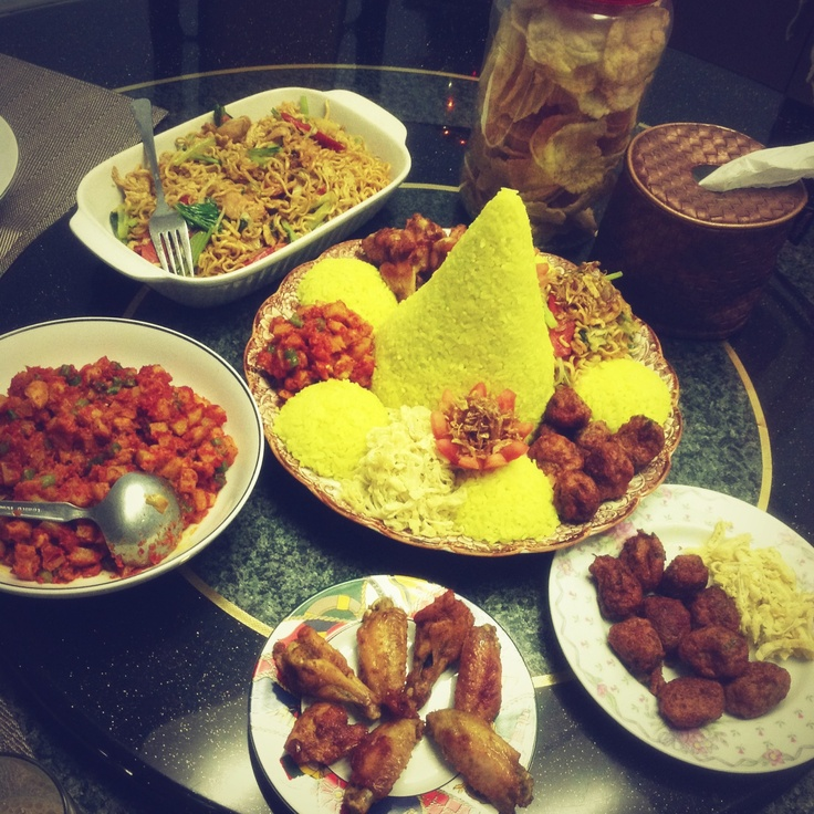 Indonesian traditional food : nasi tumpeng