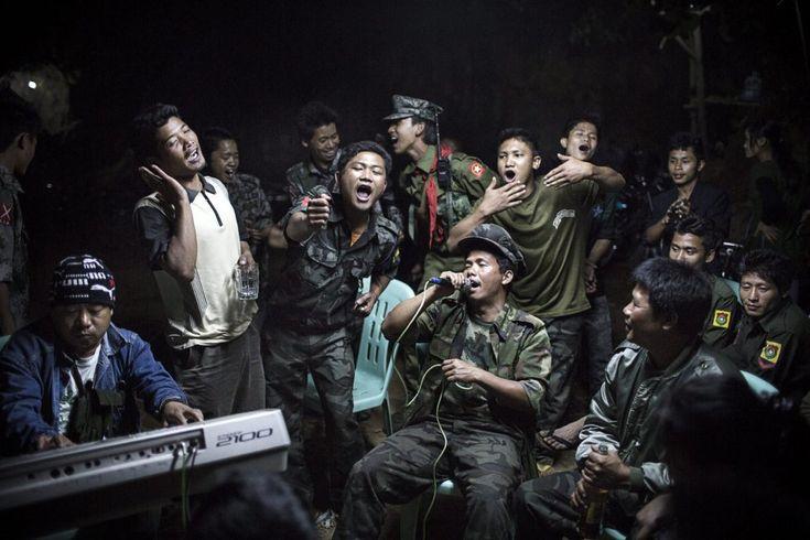 Premios World Press Photo   Fotografía realizada por el alemán Julius Schrank, para Volkskrant, que ha ganado el primer premio en la categoría de Vida Cotidiana. Esta fotografía muestra a varios combatientes de la guerrilla de la minoría birmana kachin cantando durante la celebración del funeral de uno de sus comandantes, que falleció el día anterior, en una localidad asediada por la Armada birmana.
