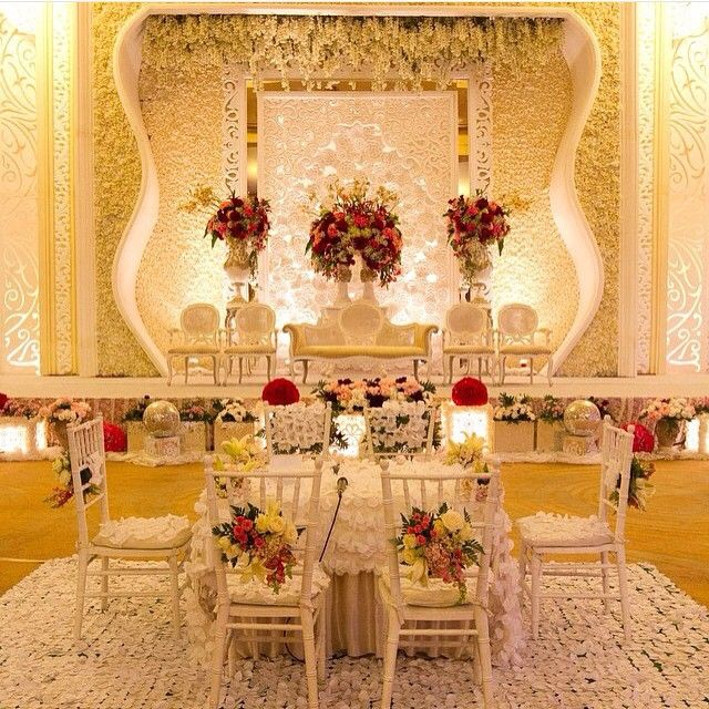 Such a lovely decoration for akad nikah ceremony. Loving the touch of red flowers and how they give a pop of color. Who wants to have something like this for your wedding?  Photo via @triaditiarini  Thanks for tagging us!