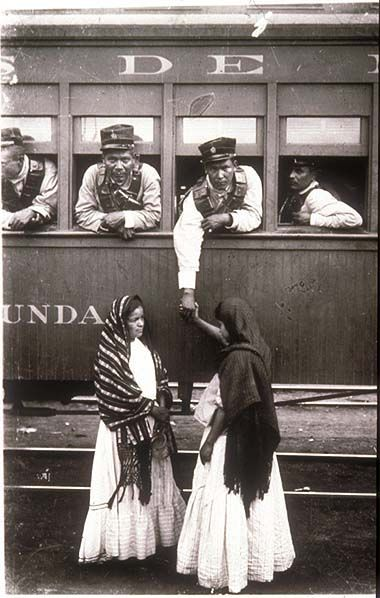Soldiers leaving to fight in the war : photo taken during the Mexican revolution (1910-1920)  #Train #Tren #Revolucion