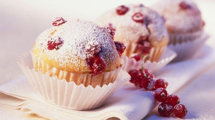 Die leckeren Küchlein gelingen auch Backanfängern: Muffins mit Johannisbeeren | http://eatsmarter.de/rezepte/muffins-mit-johannisbeeren-0