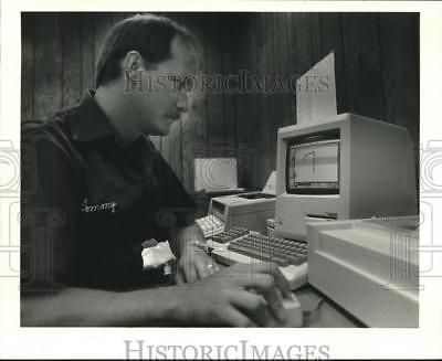 1985 Press Photo Tommy Ezell works at a computer terminal in Belle Chase