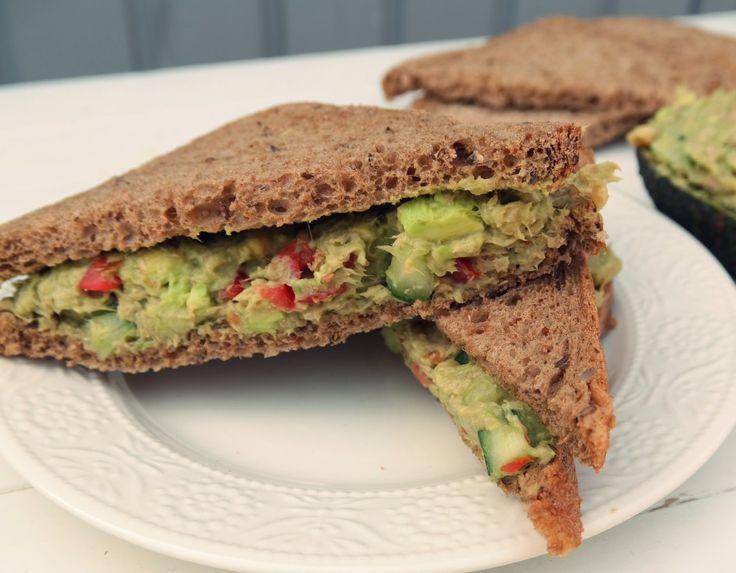 Probeer deze #tonijn #avocado #salade eens op #brood. Bekijk het #recept op ons #blog. #eten #food #tuna #salad #sandwich #food #recipe