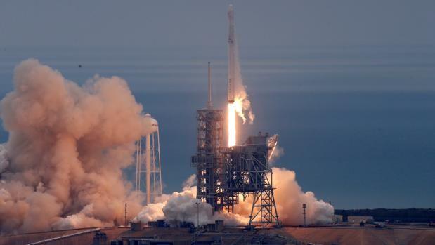 El cohete de Space X despega en su segundo intento desde Cabo Cañaveral Un cohete de la empresa privada Space X ha despegado este domingo desde la estación espacial Kennedy, de la NASA, tras un primer intento de lanzamien... http://sientemendoza.com/2017/02/19/el-cohete-de-space-x-despega-en-su-segundo-intento-desde-cabo-canaveral/
