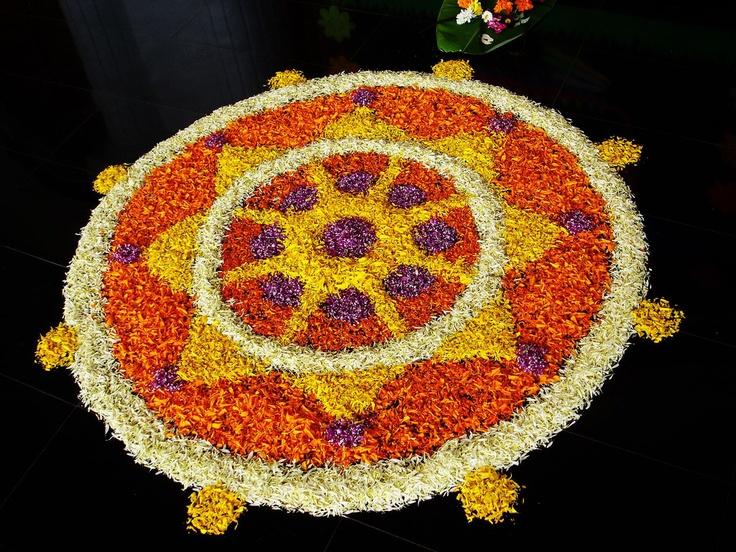 Onam is een traditionele tien dagen oogstfeest dat de thuiskomst van de mythische markeert Koning Mahabali. Het is een festival met een rijke cultuur en erfgoed. Mensen opvallend de grond te versieren in de voorkant van hun huizen met bloemen in prachtige patronen om de koning te verwelkomen. Het festival wordt ook gevierd met nieuwe kleren, feesten geserveerd op bananenbladeren, dansen, sporten, spelen, en slang boot races.
