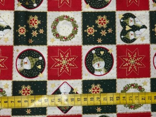 Kerst - Katoenen stof met een print van rode, beige en donkergroene vakjes met daarin sneeuwmannen, sterren, kerstkransen, ...