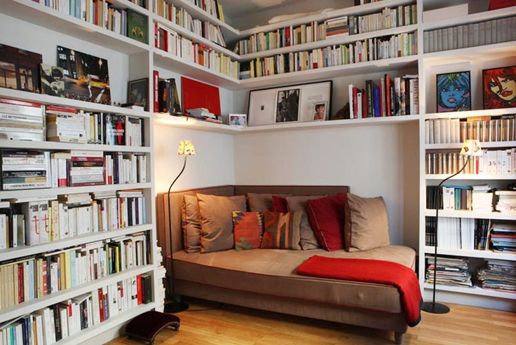 I LOVE this setup. Very simplistic, but effective in using the existing wall and bookshelves to isolate the reader.