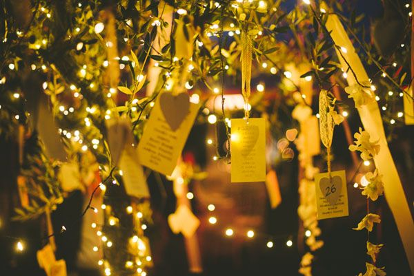 fairy lights and escort cards http://weddingwonderland.it/2015/07/10-must-have-per-un-matrimonio-estivo.html