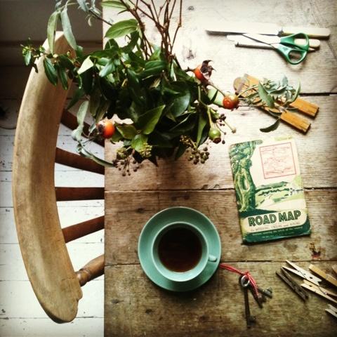 Descobri estas fotos diárias da mesma mesa através do Instagram. Simples e no entanto lindo! Gosto tanto!