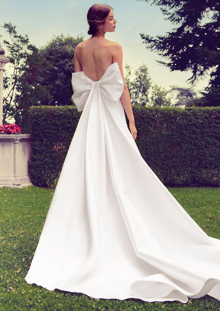 Strapless wedding dress in silk mikado with a large bow on the back. Discover more on http://www.giuseppepapini.com/