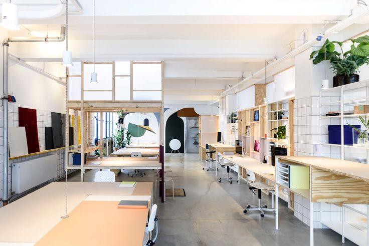 【既成品を遊び心でカスタマイズ】光を通すシンプルな間仕切り壁と、ワークデスクの頭上の空中茶室   住宅デザイン