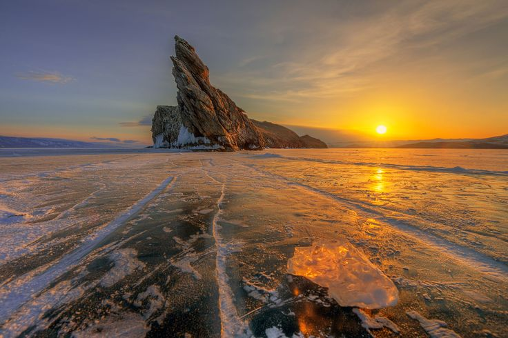 Frozen Lake Baikal Russia [2000x1338]