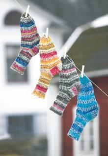 Ett par sockor är sköna både i stövlarna och som mystofflor inomhus. Med ett garnnystan får du en spännande randning på sockorna.