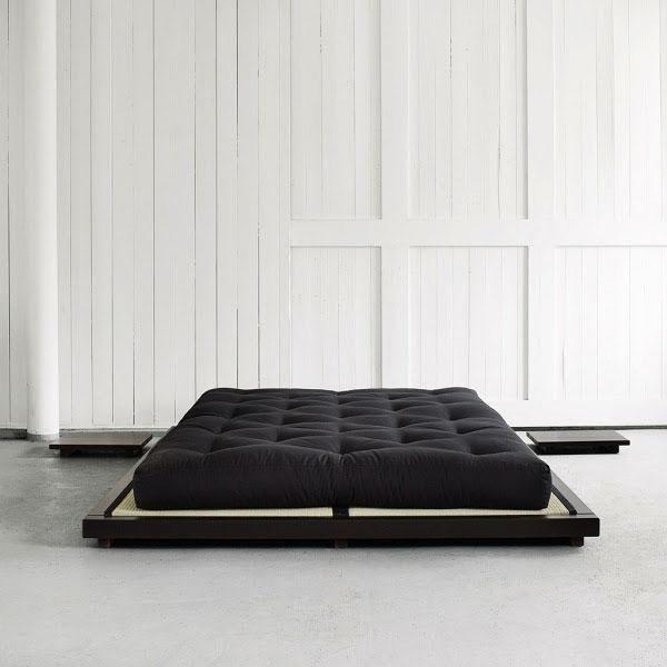 Dock es una base de tatamis de estilo tradicional fabricada con madera de pino macizo FSC. Su diseño clásico encaja perfectamente en todo tipo de entornos.Está disponible en 2 medidas 160 x 200 y 180 x 200 cm....