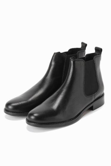 MARION TOUFET サイドゴアブーツ  MARION TOUFET サイドゴアブーツ 17280 2016AW SLOBE IENA 昨年も大好評でしたMARION TOUFET サイドゴアブーツが今年も登場 シンプルなサイドゴアブーツ 今シーズンの着こなしに絶対欠かせないアイテムの一つです 気軽に履けるデザインがデイリーユースに最適です シンプルで飽きがこずトレンドにも左右されないのであれば間違いなく重宝するアイテムです MARION TOUFET 2006年にパリ在住フランス人デザイナーのMARION TOUFET氏により設立 厳選された革と素材を使用しています シックで都会的さらに随所にフレンチの香りを残し履き心地の良い靴作りを心がけているブランドです こちらの商品はSLOBE IENAでの取り扱いになります 直接店舗へお問い合わせの際はSLOBE IENA店舗へお願い致します