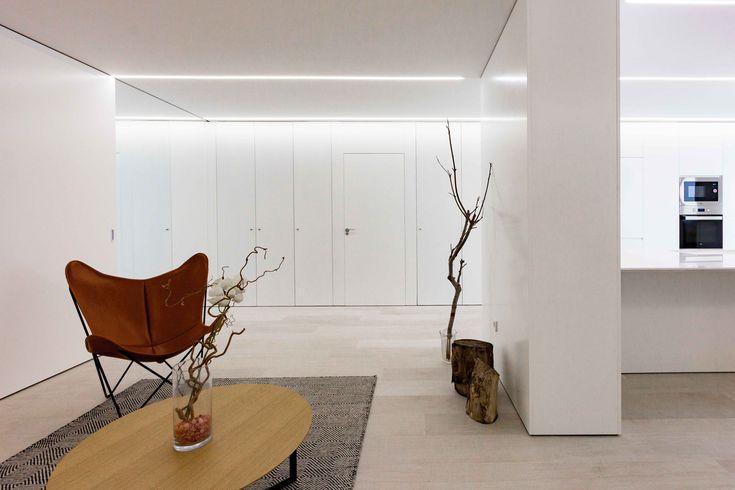Alfombra en decoración minimalista en reforma de casa. Chiralt Arquitectos Valencia.