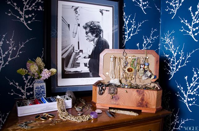 Perfect flowers in a beautiful little vase: Bettina Prentic, Jewelry Display, Jewelry Chest, Jewels Boxes, Bobs Dylan, Blue Wallpapers, New York Apartment, Jewellery Display, Dylan O'Brien