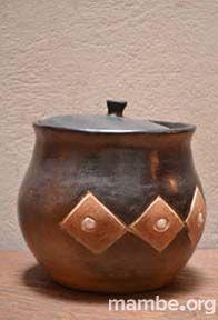 Tinaja en barro para cocinar y servir sopas hecha por artesanos Cubeo. ( Vaupés - Colombia)  #Artesanias Cómpralo en Mambe.org!