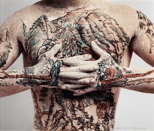 Tatto de un paisaje chino creado por Huang Yan .Se realiza mediante la adicción de materiales