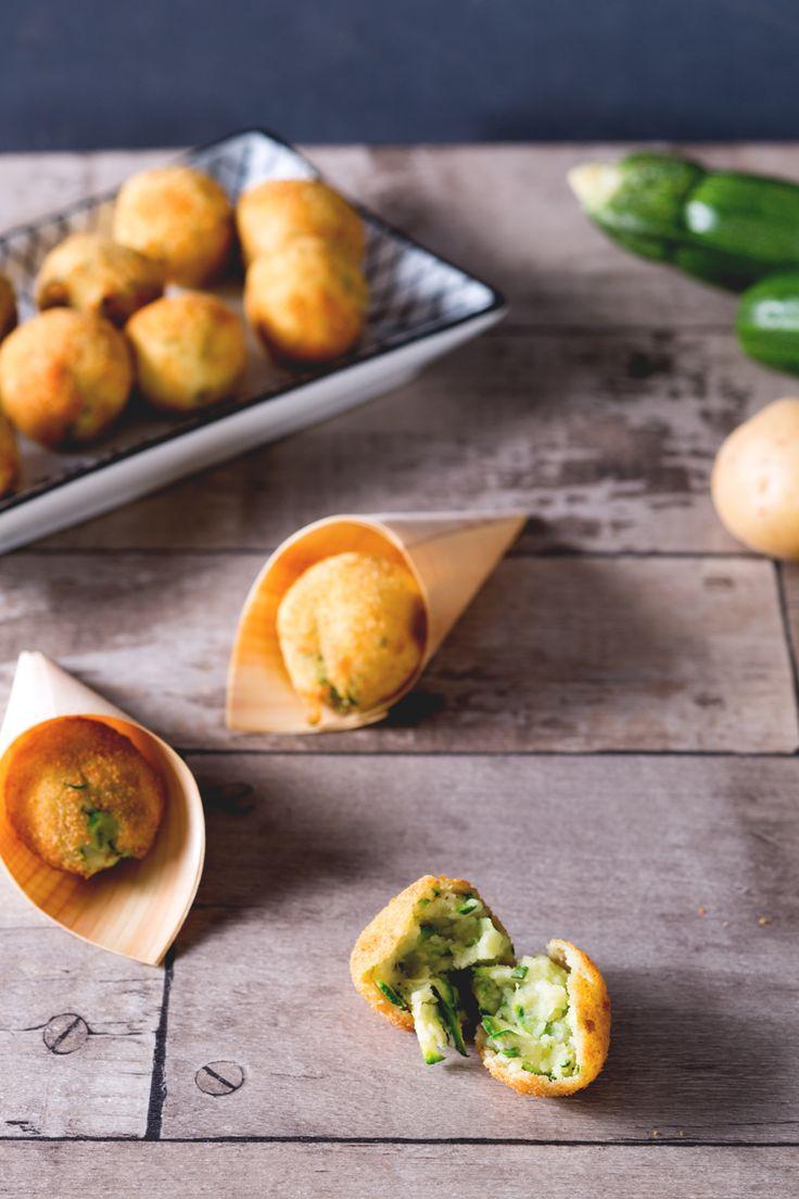 State preparando un buffet o un semplice aperitivo tra amici? Le #polpette di #zucchine e #patate non potranno mancare, scoprite insieme a noi come realizzarle! ( #zucchini and #potato #balls) #Giallozafferano #recipe #ricetta