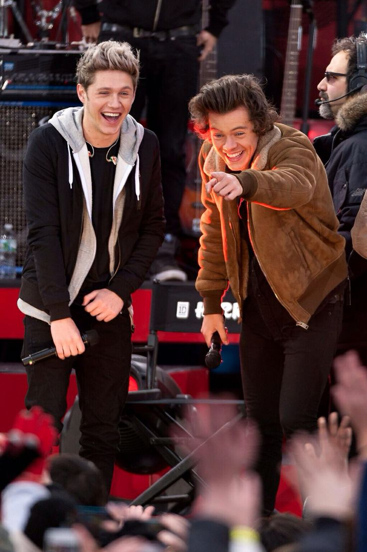 "Niall and Harry GMA laughing at the ""Gemma is the better styles"" poster!! LOL yeah no. #HarryisthebetterStyles"