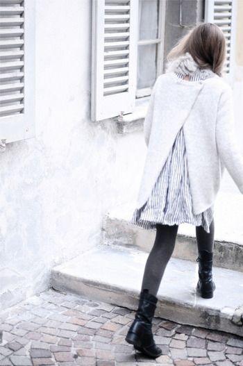 白と淡いグレーを基調にした装いに、グレータイツとちょっとごつめのレースアップブーツを合わせて。この絶妙な外し方、マネしてみたくなります。