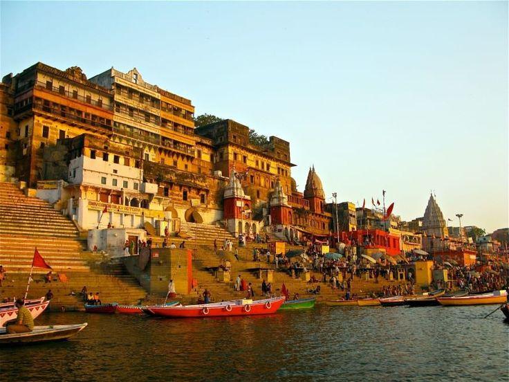 Varanasi, India: 1000 a.C. Situata sulla   riva occidentale del   Gange, Varanasi ,  conosciuta anche come   Benares ,  è un'  importante   città santa per   gli   indù e per i buddisti  .   Secondo la leggenda  ,   fu fondata da lla  divinità indù   Shiva   cinquemila anni fa  ,   anche se gli studiosi   moderni   ritengono   che abbia   tremila   anni