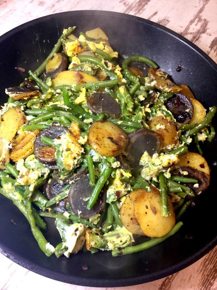 Kartoffel-Prinzessbohnen-Rührei-Pfanne - mit Charlotten, lilafarbenen Kartoffeln, Bio Eiern, Prinzessbohnen und etwas Kokosöl. Mittagessen mit guten Fetten.