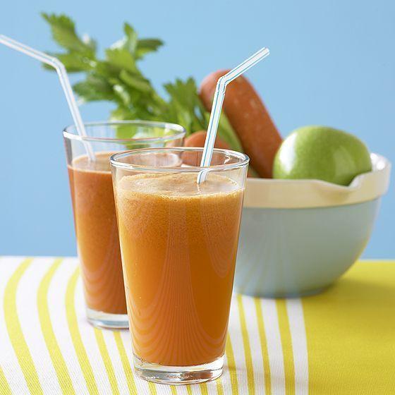Bere un succo di frutta mista, meglio se fresca, ci rigenera.