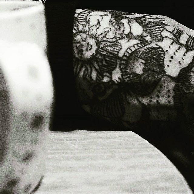 El delicioso aroma de una historia en una taza de café.  Ph:@whiteinkblacksoul  #ink #inked #inkaddict #inkaholic #inkedgirls #inkedguys #bogotaink #tatuajes #dreamtxttoo #tatt #tatts #tattooed #tattoo #tattoolifestyle #tattoolove #amazingink #tattoostagram #tattooinspiration #tattoowork #tattooink #sleevetattoo #tattooartist #tattooer #inkspiration #lineworker #linework #handtattoo #liontattoo #drawing #coffee