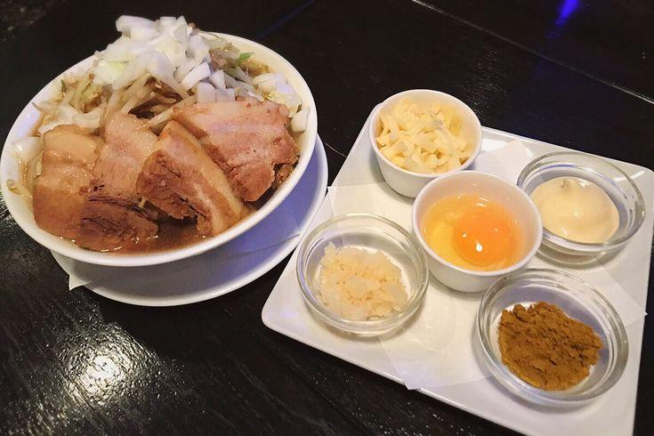 """""""カラオケパセラ秋葉原昭和通り館 ここでは唯一、二郎系ラーメンが食べられる。パ郎860円 肉増し150円チーズ50円生卵50円 こんなの気になるでしょう!肉ジューシー。麺ごりごり。スープ濃い。これこれこれ!カラオケ店である事を忘れる。https://t.co/2bpK2rvEsA"""""""