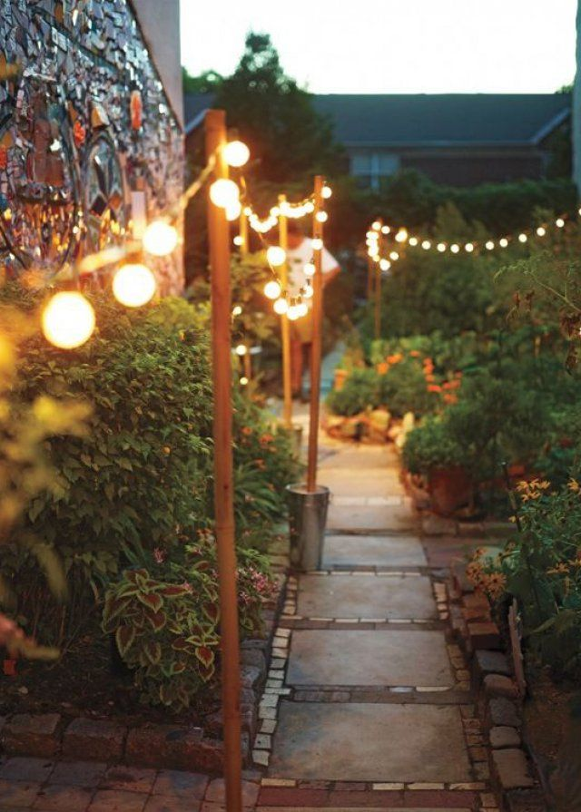 Allée de jardin avec lampadaire