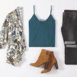 Look féminin et stylé pour la rentrée automne 2016 : veste imprimée, caraco bleu canard, jean gris et boots à talons camel